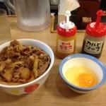 【悲報】 ワイ松屋派、始めてすき家の牛丼を食べ絶句