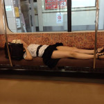 20歳位の女性がパンツ丸出しで電車で寝てる