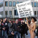 ドイツ人女性(30)、集団レイプ事件に全裸で抗議
