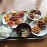ワイ、そこそこのホテルで朝食を食べる