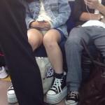 電車にミニスカ美少女女子高生がいたら隣か前かどっち座る?